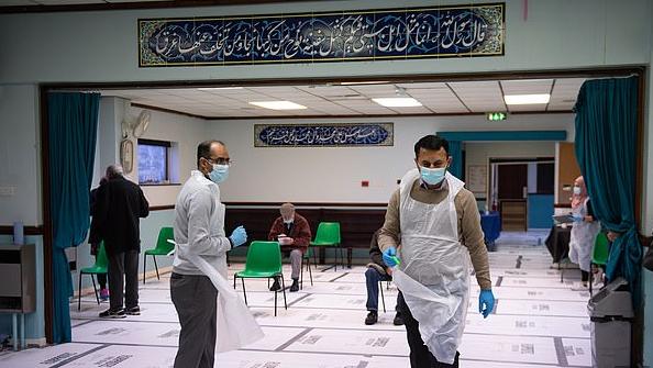 تلقى التطعيمات داخل مسجد ببريطانيا