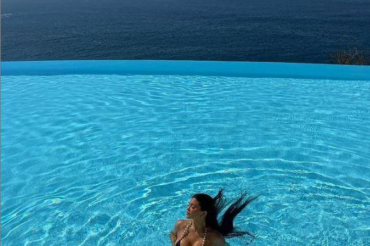 كايلي جينر في حمام السباحه