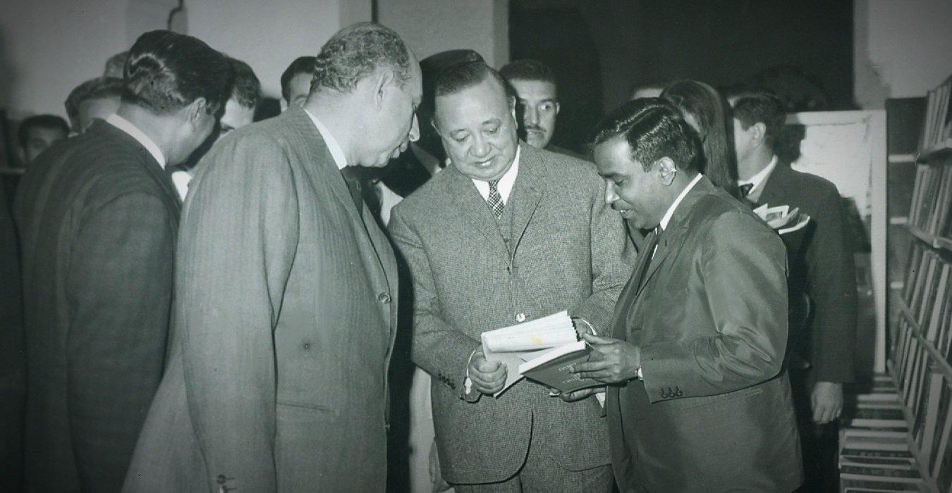 الوزير ثروت عكاشة فى افتتاح المعرض