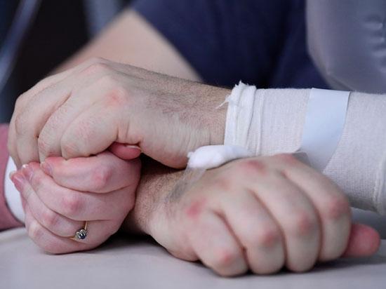 سايمون يحتضن يد زوجته إليزابيث
