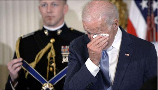 بايدن يمسح دموعه عندما فاجئه أوباما بالميدالية الرئاسية للحرية في 12 يناير 2017
