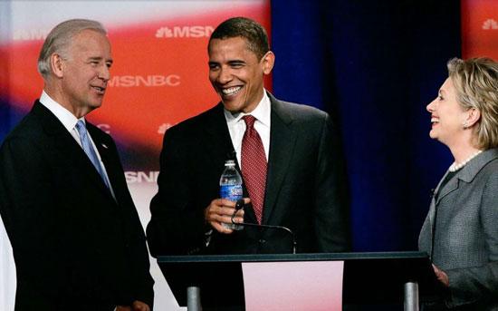 بايدن وأوباما وهيلاري  يتحدثون قبل المناظرة الأولى للحملة الرئاسية عام 2008