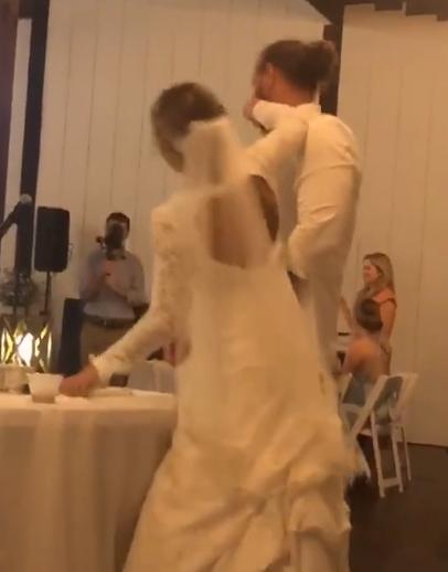 عروس يضرب عروسته بالتورته أثناء حفل الزفاف بأمريكا (3)
