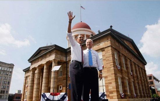 بايدن وأوباما أمام الكابيتول لحظة اختياره لجون نائبًا له في 2008