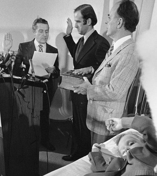 بايدن يؤدي اليمين الدستورية عام 1973 كعضو في مجلس الشيوخ الأمريكي من ولاية ديلاوير