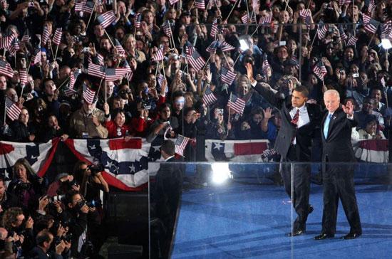 الرئيس المنتخب باراك أوباما ونائب الرئيس المنتخب جو بايدن يلوحان لمؤيديهما في 2008