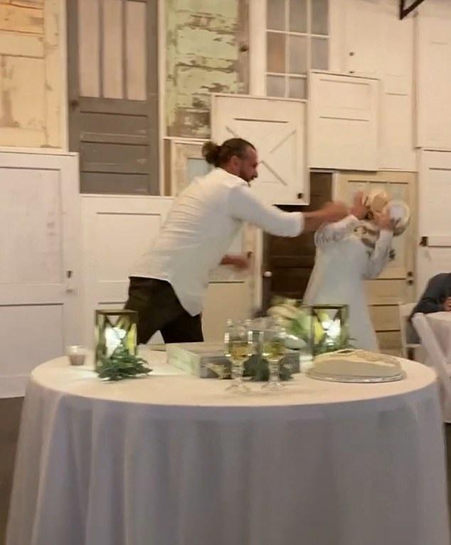 عروس يضرب عروسته بالتورته أثناء حفل الزفاف بأمريكا (1)