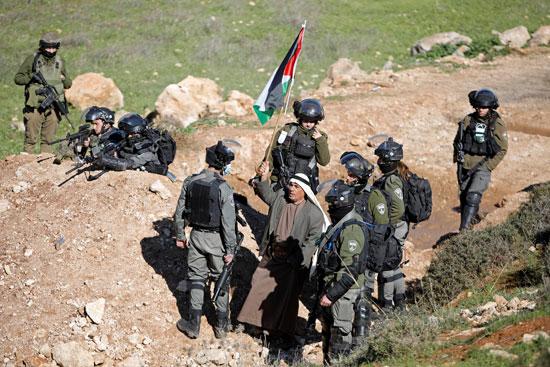 رجل وسط جنود الاحتلال