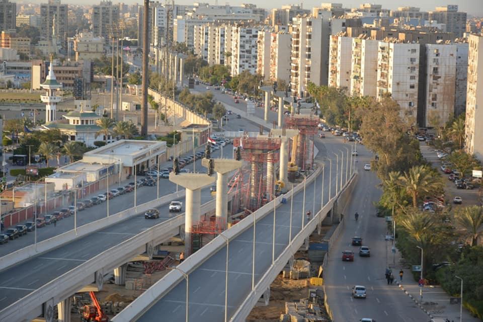 جانب من الاعمدة المنفذه بمشروع المونوريل بشارع يوسف عباس