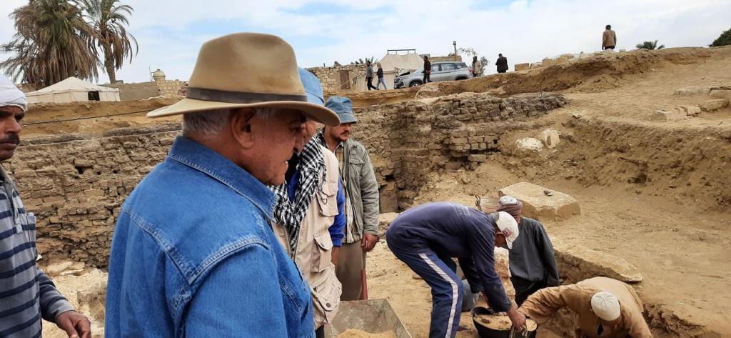 الدكتور زاهى حواس خلال أعمال الحفائر