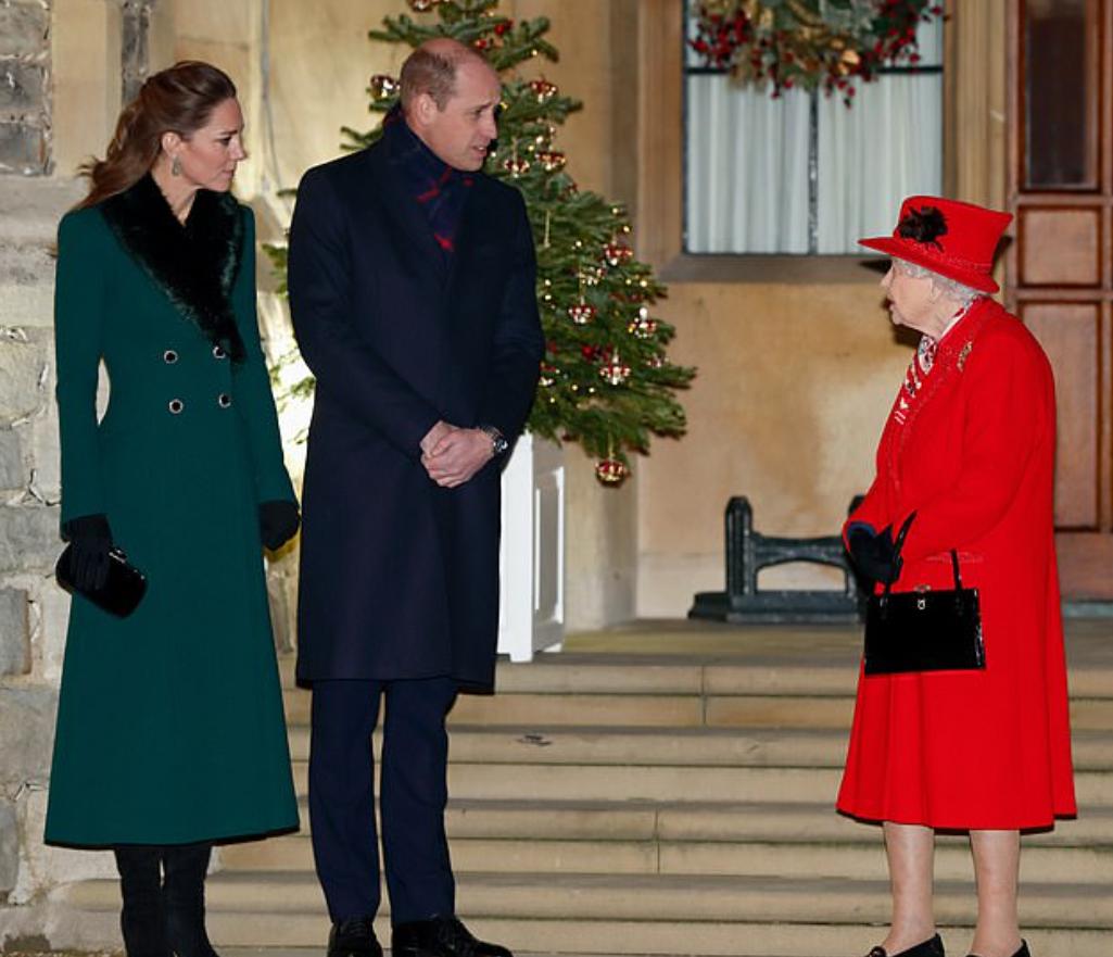 الملكة اليزابيث وكيت ميدلتون والأمير وليام