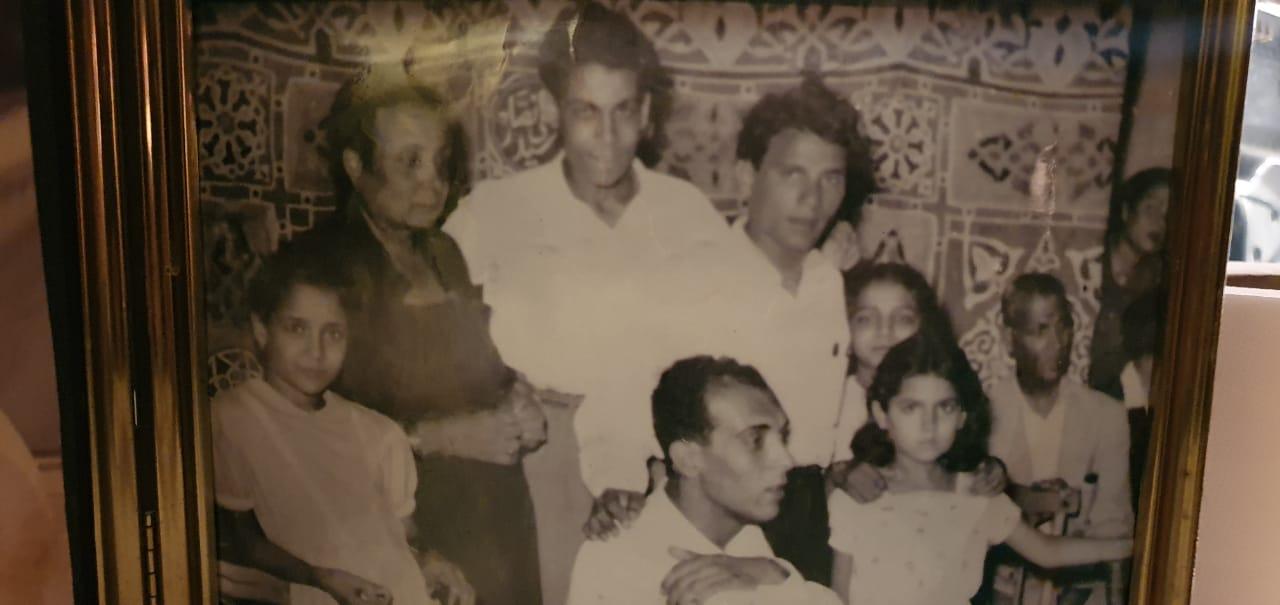 صورة تجمع الراحل مختار شحاته مع العندليب عبدالحليم حافظ شقيقه في الرضاعة