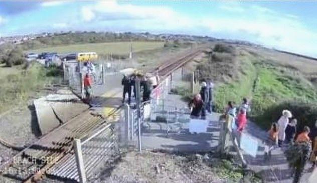امرأة تخاطر بحياتها من أجل صورة سيلفى على قضبان قطار في بريطانيا (1)