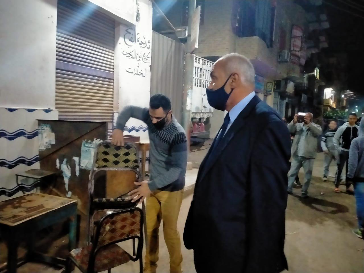 جانب من غلق المقاهى المخالفة بمدينة القرنة