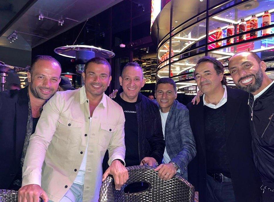 عمرو دياب مع اصدقاءه