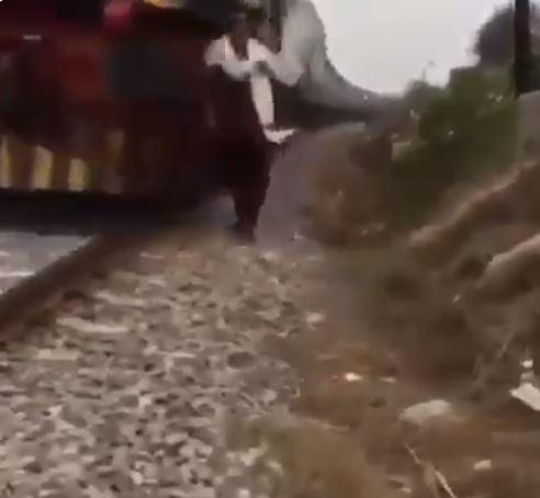 قطار يدهس شابا باكستانيا