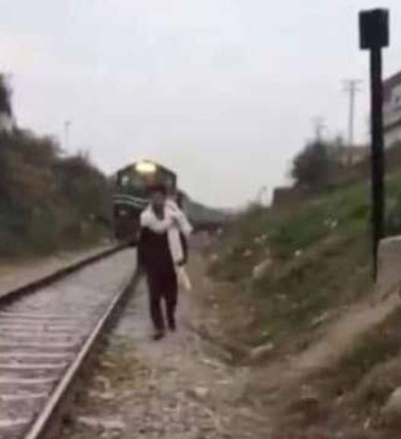قطار يدهس شابا باكستانيا أثناء تصوير فيديو لنشره على تيك توك