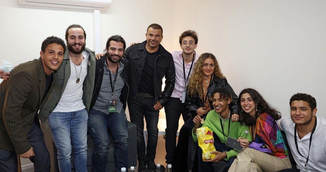 عمرو دياب مع اصدقاءه وابناءه