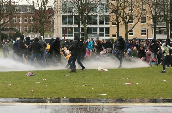 إطلاق الغاز على المتظاهرين