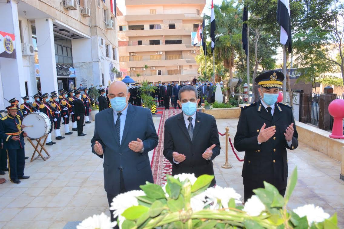 محافظ الغربية يضع إكليل الزهور على النصب التذكاري لشهداء الشرطة بمناسبة عيد الشرطة الـ 69