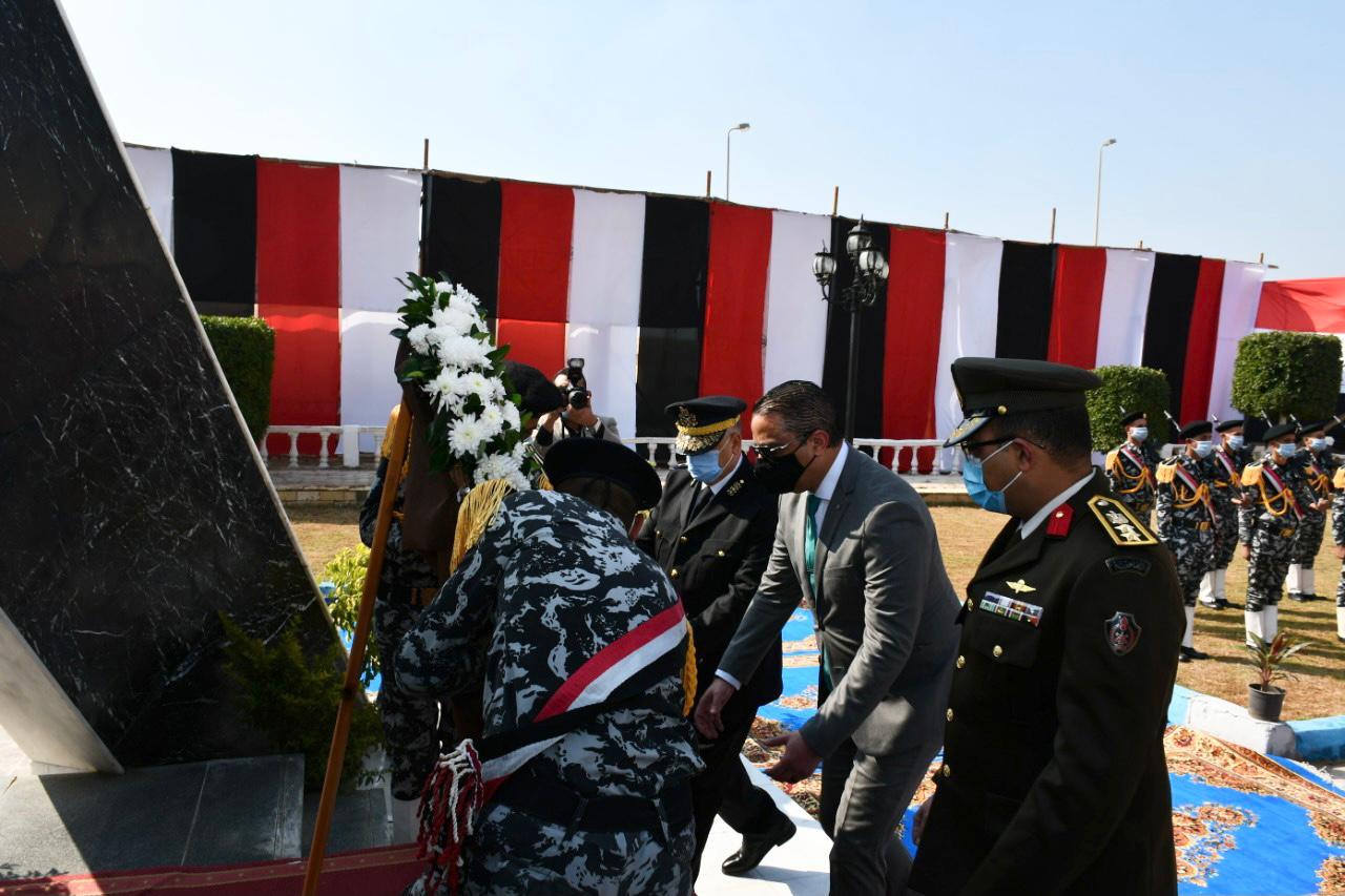 محافظ الفيوم يضع إكليلاً من الزهور على النصب التذكاري لشهداء الشرطة (2)