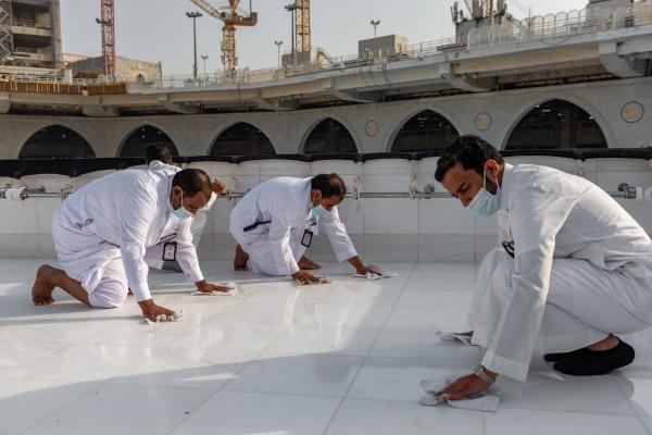 فريق سعودي مختص بتنظيف سطح الكعبة المشرفة خلال 40 دقيقة (7)