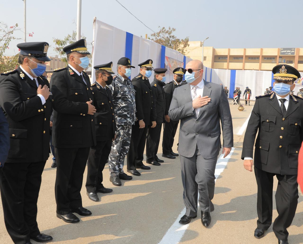 محافظ بني سويف ومدير الأمن يضعان أكاليل  الزهور على النصب التذكاري للشهداء (2)