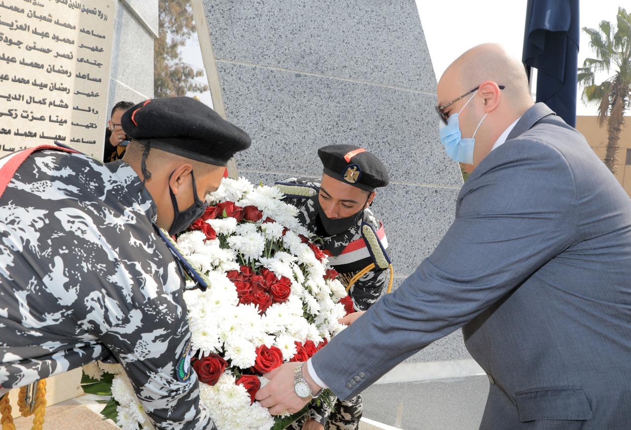 محافظ بني سويف ومدير الأمن يضعان أكاليل  الزهور على النصب التذكاري للشهداء (4)