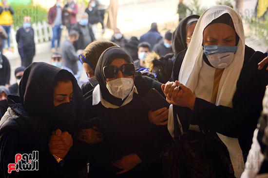 حزن أقارب الداعية أثناء تشييع الجنازة