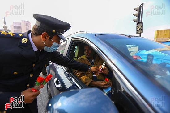 الشرطة توزع الشيكولاتة والورود والبطاطين (6)
