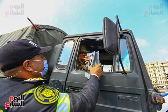 الشرطة توزع الشيكولاتة والورود والبطاطين (2)