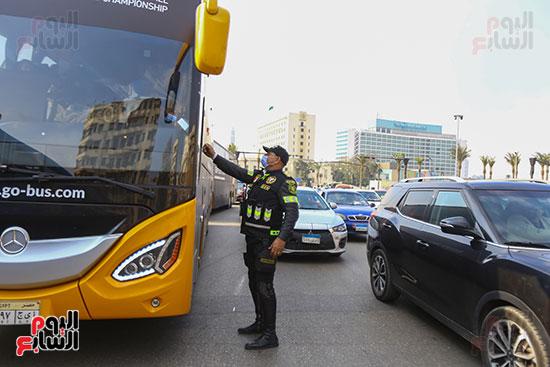 الشرطة توزع الشيكولاتة والورود والبطاطين (17)