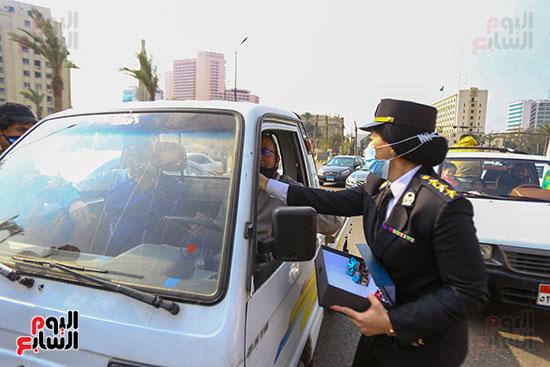 الشرطة النسائية توزع الهديا