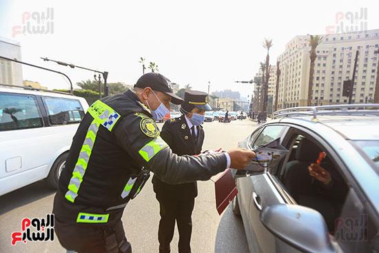 الشرطة توزع الشيكولاتة والورود والبطاطين (5)