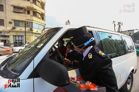 نساء الشرطة يوزعن الهدايا والشيكولاتة (5)