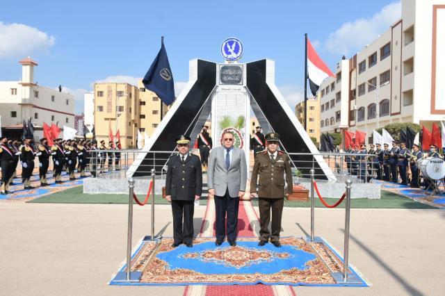 محافظ الشرقية ومدير الأمن يضعان إكليلاً من الزهور على النصب التذكاري لشهداء الشرطة (2)