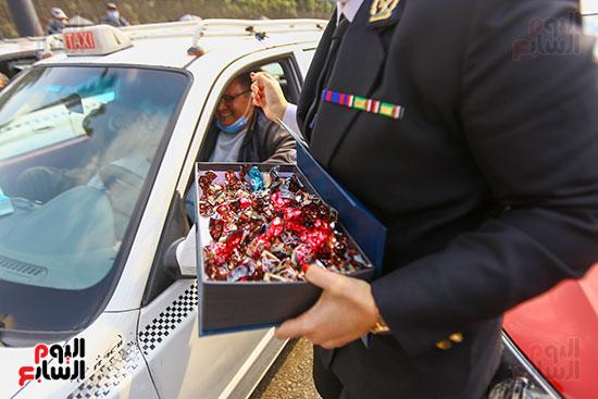 نساء الشرطة يوزعن الهدايا والشيكولاتة (9)