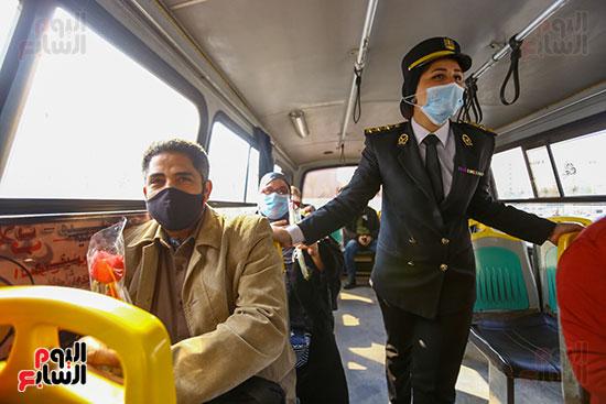 الشرطة توزع الشيكولاتة والورود والبطاطين (11)