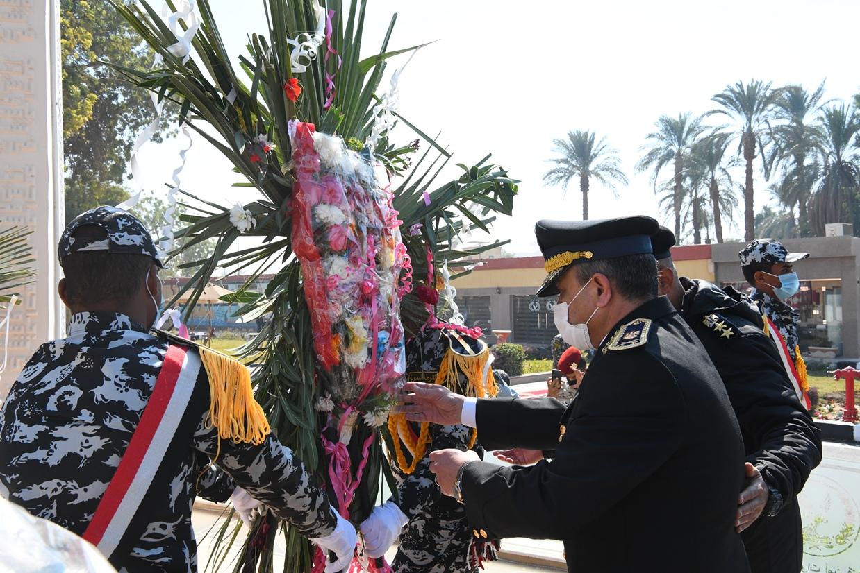 محافظ قنا ومدير أمن قنا يضعان اكليل من الزهور علي النصب التذكاري لشهداء الشرطة (13)