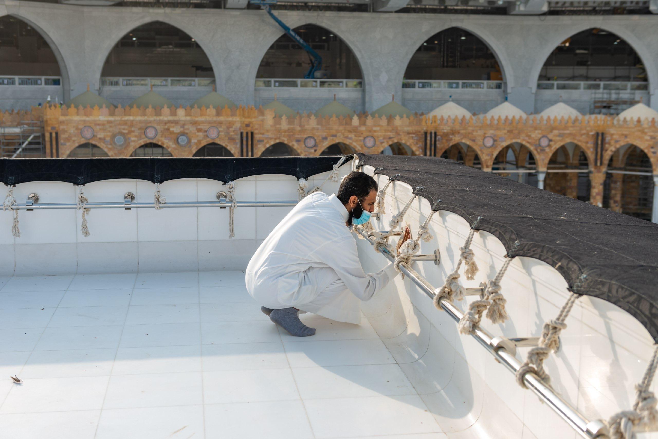 فريق سعودي مختص بتنظيف سطح الكعبة المشرفة خلال 40 دقيقة (3)