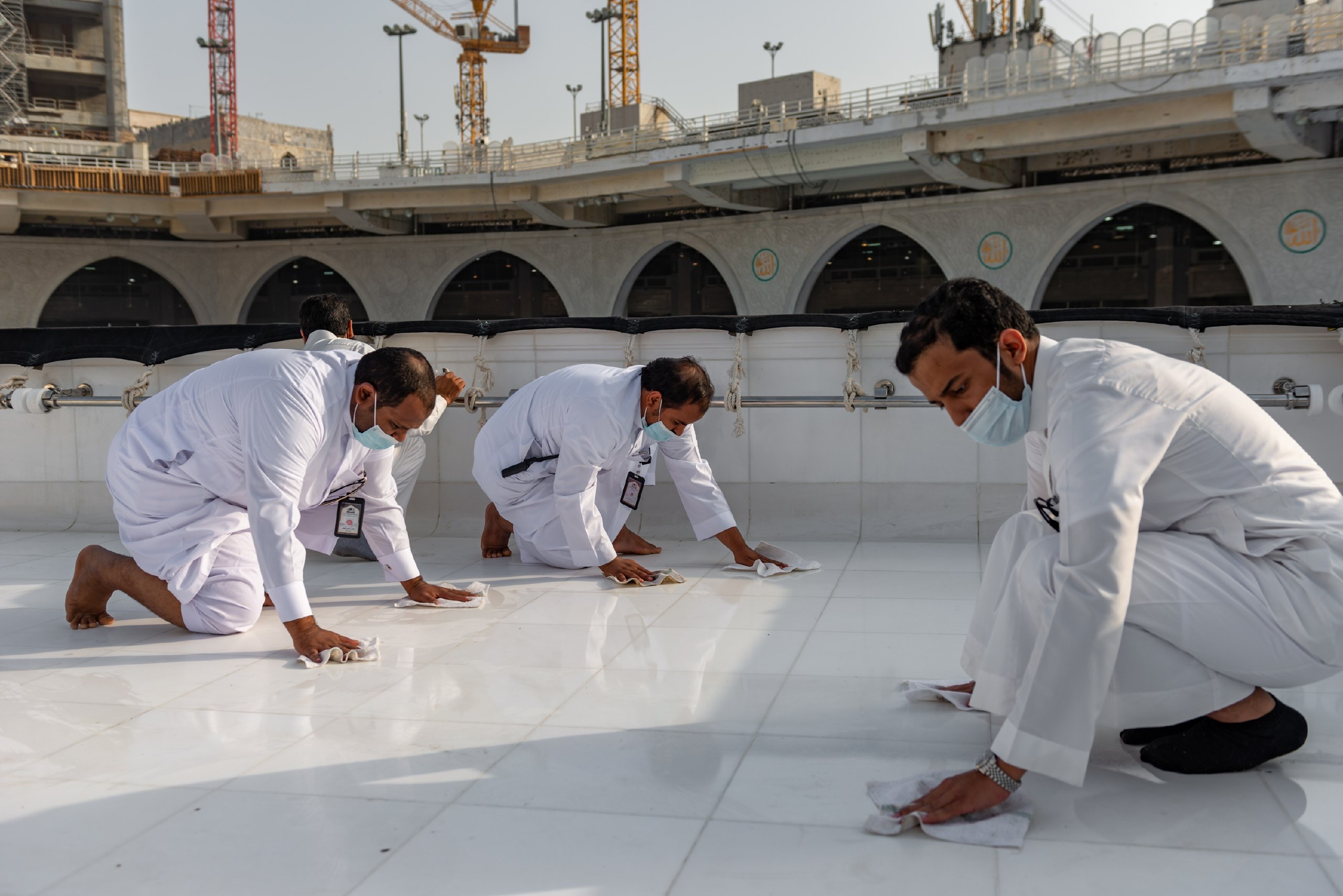 فريق سعودي مختص بتنظيف سطح الكعبة المشرفة خلال 40 دقيقة (4)