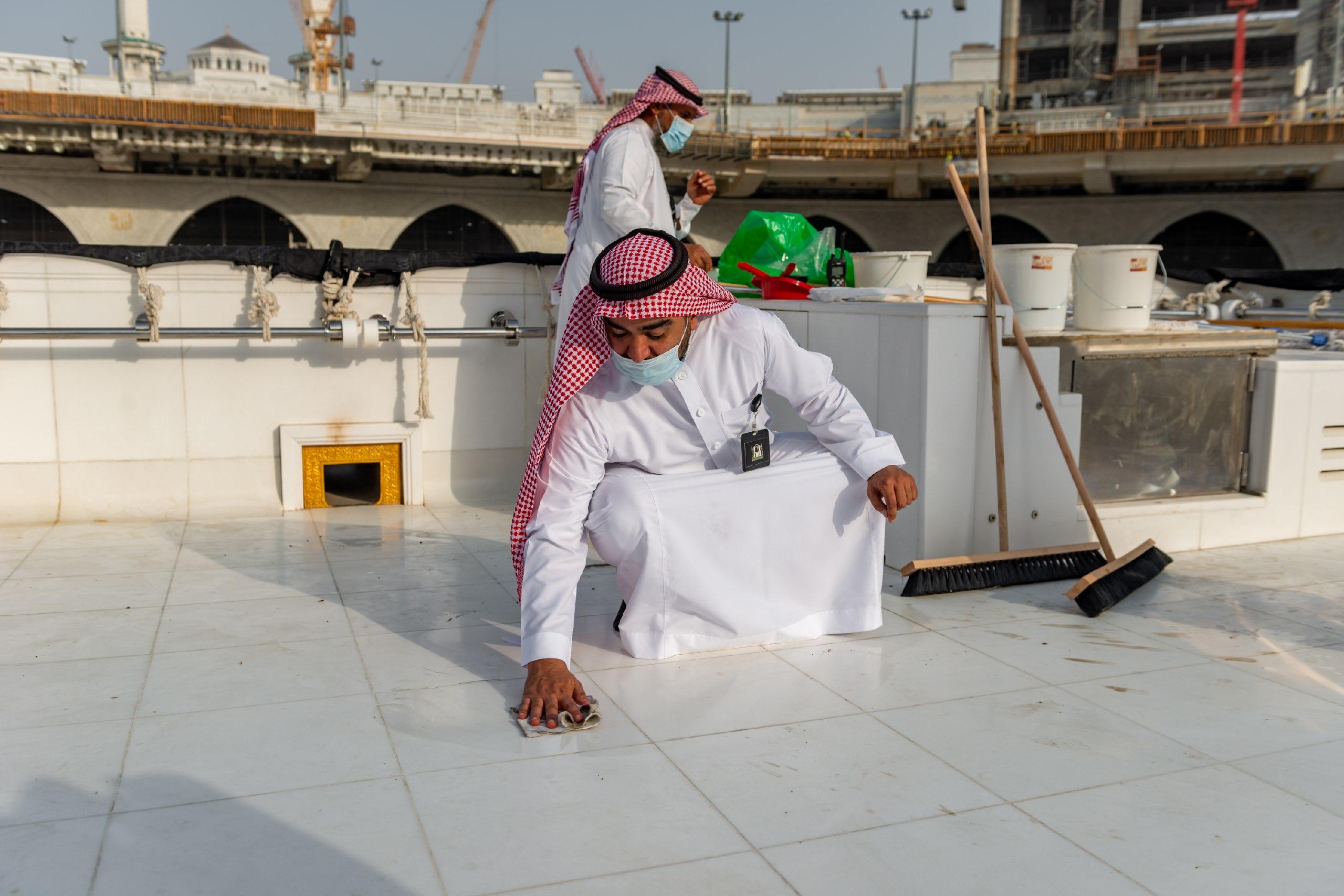 فريق سعودي مختص بتنظيف سطح الكعبة المشرفة خلال 40 دقيقة (1)