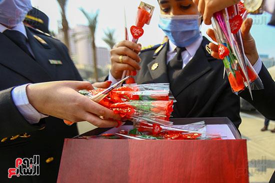 نساء الشرطة يوزعن الهدايا والشيكولاتة (6)