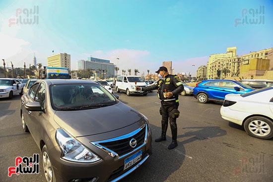 الشرطة توزع الشيكولاتة والورود والبطاطين (4)