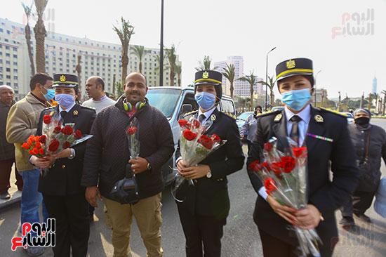 نساء الشرطة يوزعن الهدايا والشيكولاتة (7)