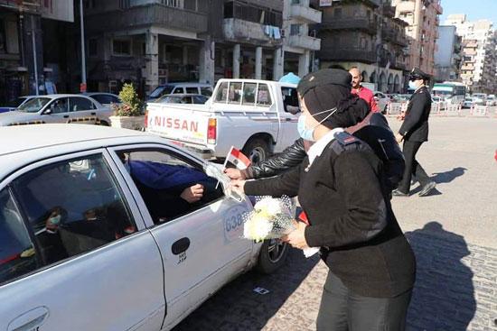 ضباط الشرطة ببورسعيد يوزعون الورود على المواطنين (2)
