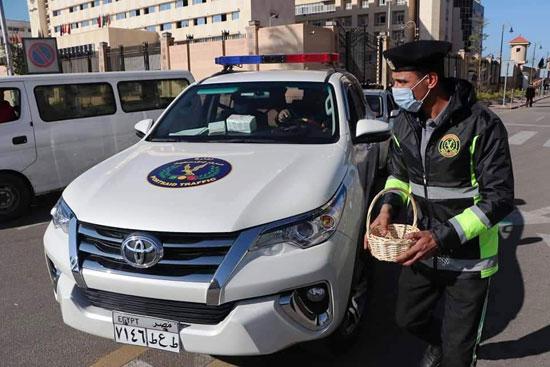 ضباط الشرطة ببورسعيد يوزعون الورود على المواطنين (3)