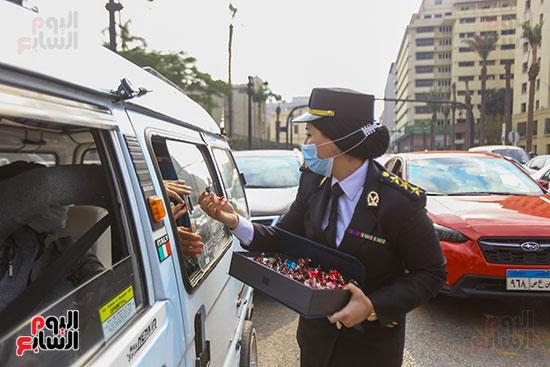 نساء الشرطة يوزعن الهدايا والشيكولاتة (12)