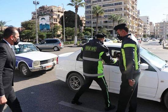 ضباط الشرطة ببورسعيد يوزعون الورود على المواطنين (5)
