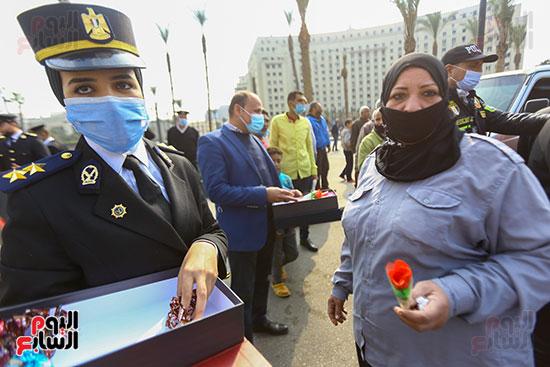 نساء الشرطة يوزعن الهدايا والشيكولاتة (8)